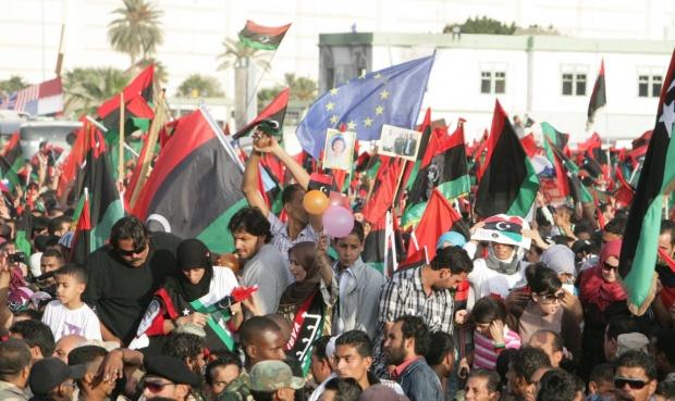 Либия погребва Кадафи в пустинята