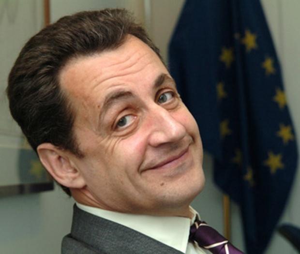 Малкият син на Саркози цели полицайка с домати