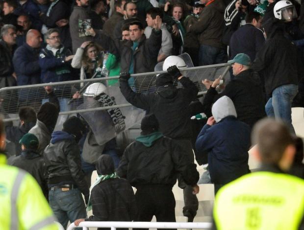 Бой между ултраси и полиция прекрати гръцкото дерби