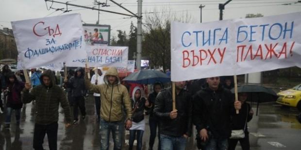 Студенти от НСА блокираха Орлов мост в защита на базата в Равда
