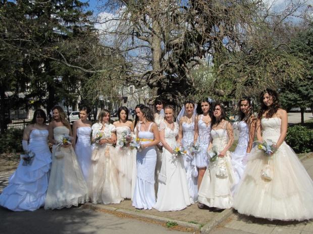 Русенки дефилират в сватбените си рокли в Парад на булките