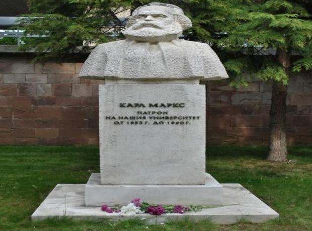 Майки не искат паметника на Карл Маркс в двора на УНСС