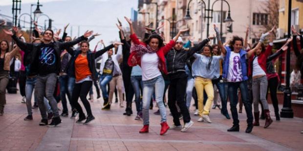 Флашмоб в центъра на София по случай идването на Джей Ло
