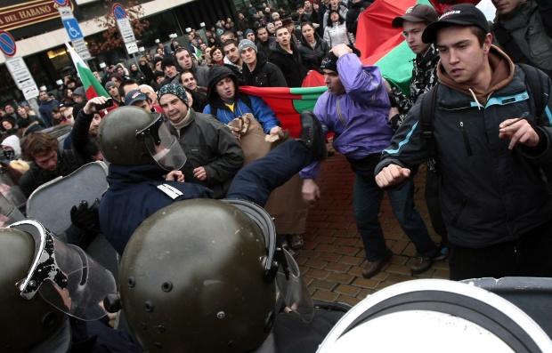 """""""Юрактив"""": Сметките за ток запалиха България"""