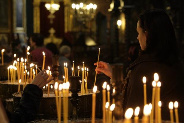 Би Би Си: Трудностите тласнаха българите към църквата