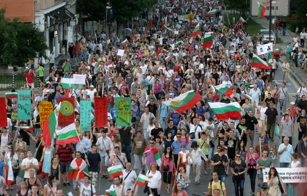 """""""Хюриет"""": В България протестите продължават 13 дни; кабинетът няма намерение да подава оставка"""
