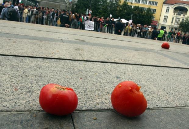 """""""Фигаро"""": В България замеряха с домати парламента"""