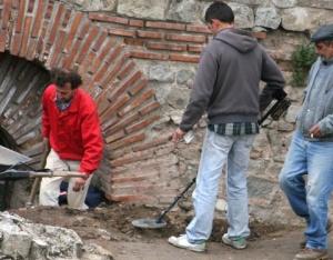 Археолози проучват древните руини на Одеона в Пловдив