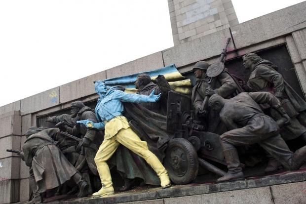 Паметникът на Съветската армия в София боядисан в цветовете на Украйна