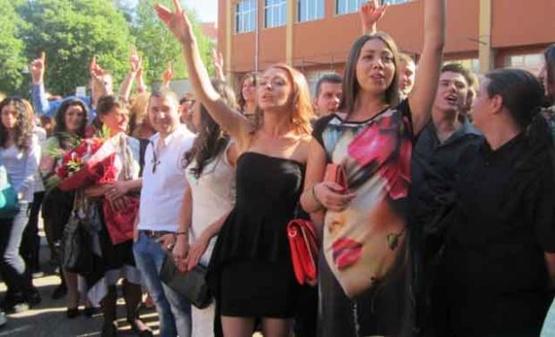 Затварят училищата за абитуриенти и първолаци за евровота