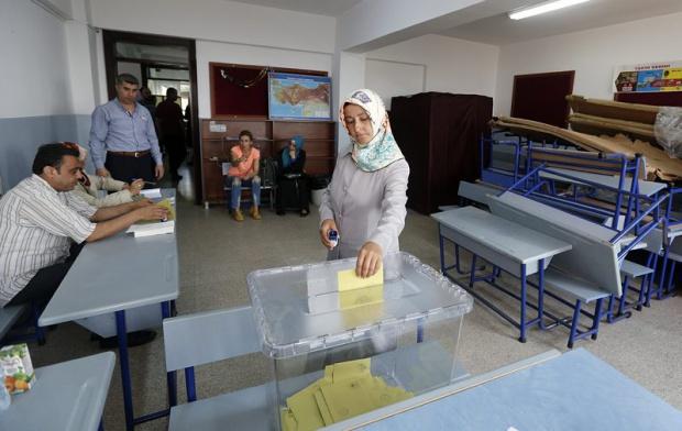 Очаква се 100 000 да гласуват в Турция