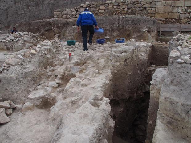 Откриха бронзов колан на старобългарски воин в Добричко
