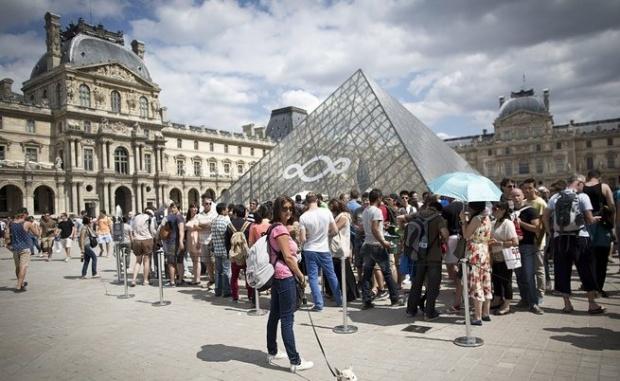 Пирамидата пред Лувъра изчезна?