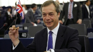 Европейският парламент звучно освирка Найджъл Фараж