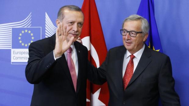 Юнкер към Ердоган: Да не си помисля да отменя сделката за бежанците