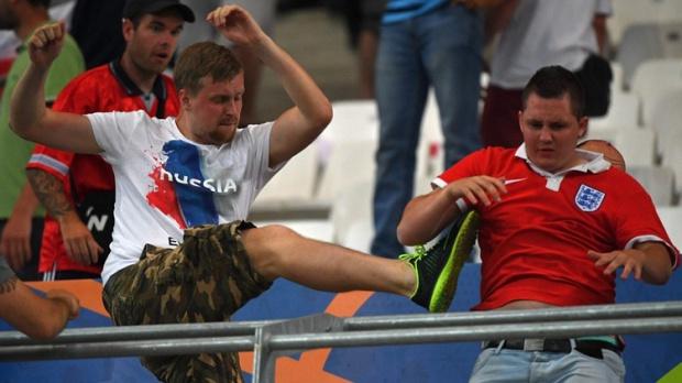 От Франция са екстрадирани 20 руски запалянковци, задържани след масовите сбивания след мача на Русия с Англия