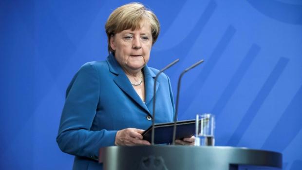 Водопад от кризи тласка Меркел към оставане на власт