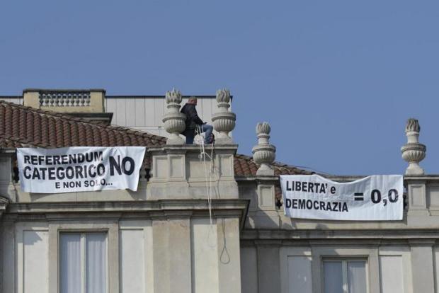 Бългaрин се качи на покрив в Милано, за да протестира
