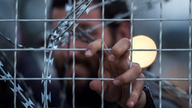 Еврокомисар Нилс Муйжниекс: Защо някои страни рутинно задържат имигрантите?