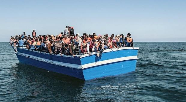 Местят мигрантите от Лесбос на военен кораб