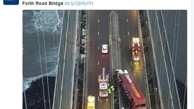 Блокирани магистрали в Шотландия и Северна Англия заради бурен вятър