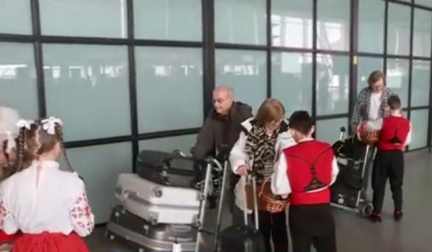Ученици посрещат и изпращат пътниците на Летище София с мартеници