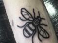 С благотворителна цел: Жителите на Манчестър си татуират пчели