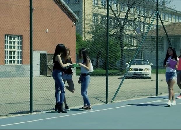 Чалга певец засне клип с ученички в гимназия... срещу дарение (ВИДЕО)