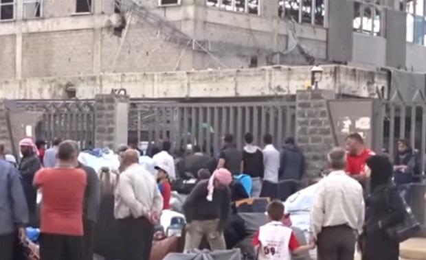 Стотици сирийски бунтовници и семействата им напускат Хомс