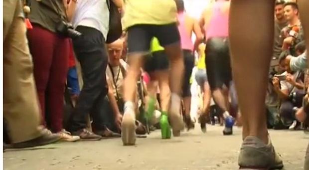 Мъже тичащи по токчета в Мадрид (ВИДЕО)