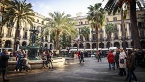 Автобус с туристи бе нападнат в Барселона от членове на