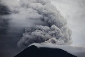 Най-активният вулкан във Филипините Майонизхвърли пепел и пара за втори