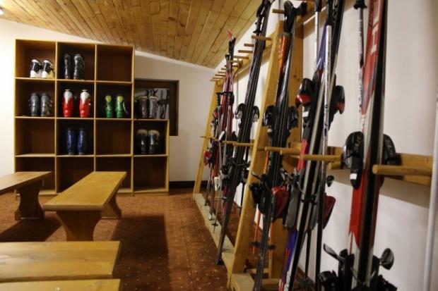 Данъчните запечатаха магазин и ски гардероб в Банско