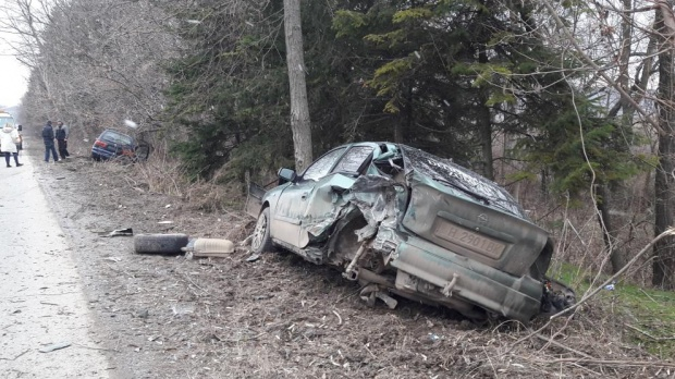 Трима пострадаха при катастрофа между две коли в Шумен