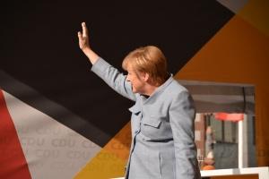 Консерваторите на канцлера Ангела Меркел и социалдемократите в център-ляво влязоха