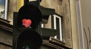 По случай празника Свети Валентин някои от светофарите в центъра