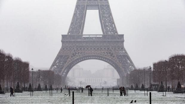 Необичайно силен снеговалеж парализира Париж