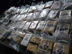Митнически служители задържаха над 37 кг хероин в автомобил с
