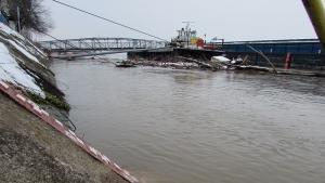 Нивото на река Дунав се наблюдаваденонощно. До преливанеостава по-малко от