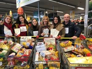 Шест препълнени колички с хранителни продукти за по-малко от два