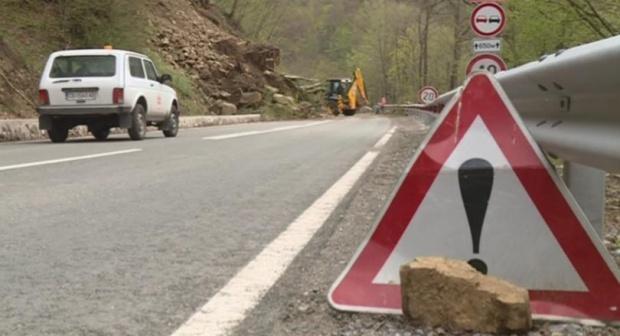 Свлачище затвори пътя за Рилския манастир