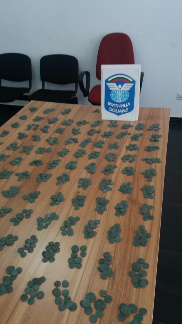 Турски ТИР-аджия опита да вкара у нас 3000 стари монети контрабанда