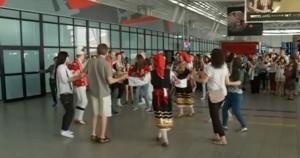 Традиционно българско хоро посреща пътниците, кацащи на Летище София.Фолклорният флашмоб