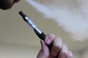 Течностите за електронните цигари са опасни за белите дробове, защото