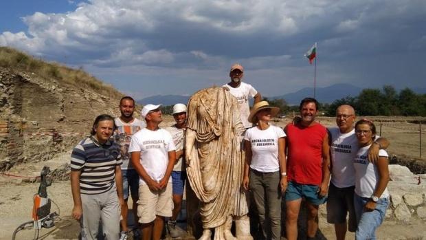 Кой е изобразен на статуята без глава от Рупите