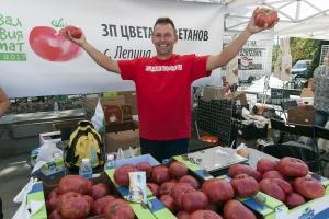 Фермерски пазар с български розови домати, уникални по вкус български