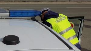 Полицейски служители задържаха криминално проявен столичанин, превозвал 16 нелегални бежанци