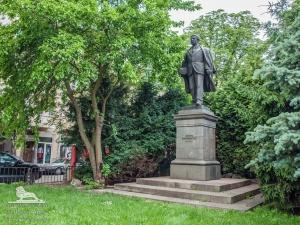 Столичният инспекторат изчисти до блясък паметникът на Христо Смирненски. Монументът