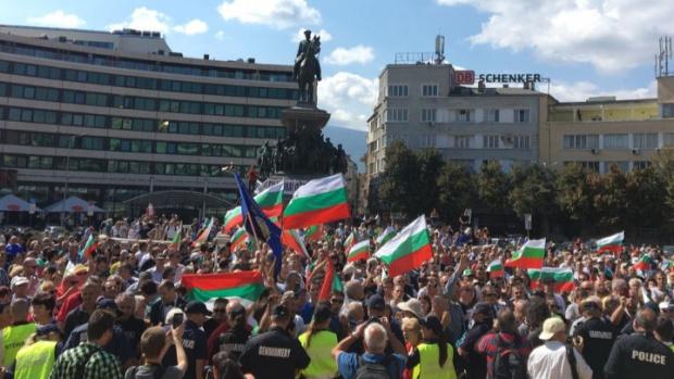 """Антиправителствен протест в София блокира за часове бул. """"Цар Освободител"""""""