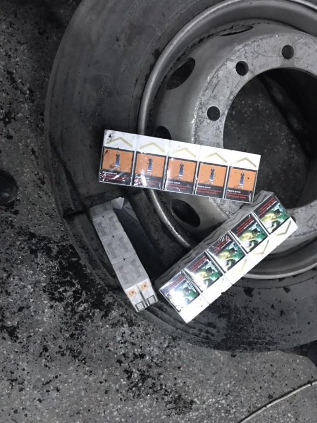 Турски ТИР опита да вкара у нас цигари в резервните гуми